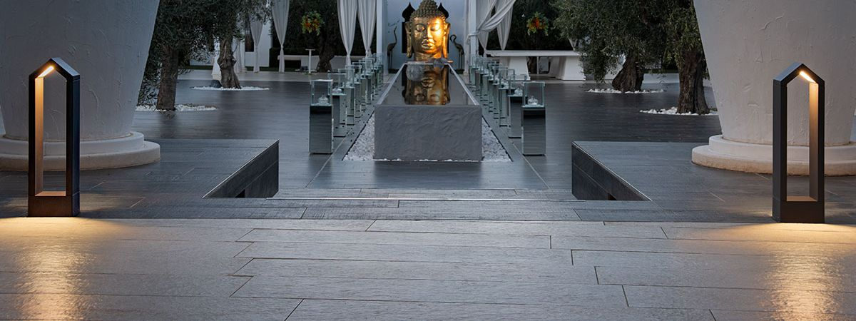 Giardini spaziosi con colonne alte e bianche, gazebi e lampade segnapasso di SLV.