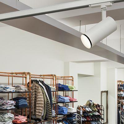 Weiße Stromschienen-Spotlight in Boutique
