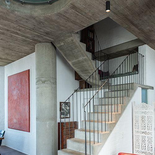 Spotlights weisen Weg zur Treppe