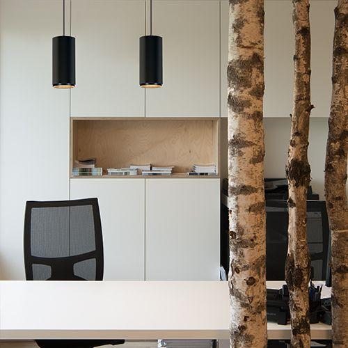 Pendelleuchten in Büro über Schreibtisch