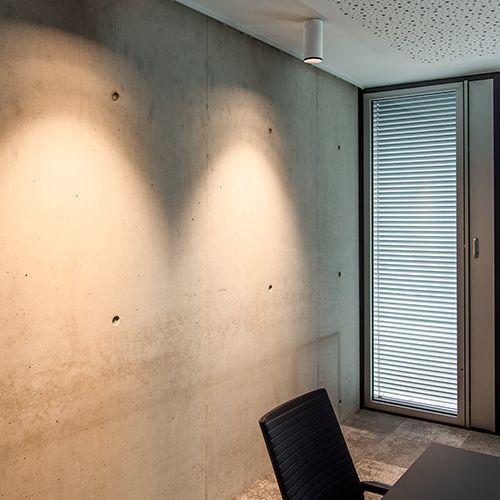 Deckenleuchte lässt Betonwand gemütlich erscheinen